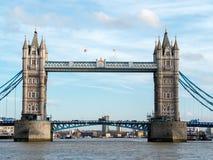 伦敦- 2月3 :从一辆河公共汽车看见的塔桥梁在Lond 库存图片