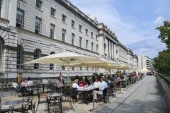 街道咖啡馆伦敦萨默塞特房子 免版税库存照片