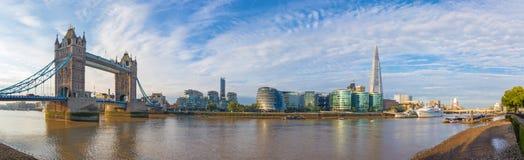 伦敦-有塔桥梁城镇厅和河沿的全景在早晨光 库存照片