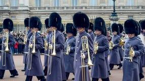 伦敦/英国- 02 07 2017年:前进在白金汉宫的皇家卫兵音乐游行 喇叭演奏员小队 库存图片
