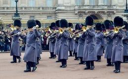 伦敦/英国- 02 07 2017年:前进在白金汉宫的皇家卫兵音乐游行 喇叭演奏员小队 图库摄影
