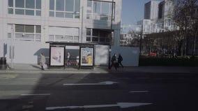 伦敦/英国- 02 24 2019年:在伦敦街道上的老大厦 公交车站Langland庭院 从公共汽车的看法 股票视频