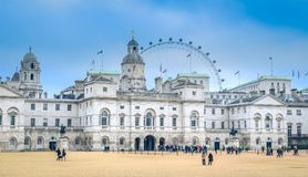 伦敦/英国- 02 08 2017年:在家庭骑兵博物馆的看法有伦敦眼的 库存图片