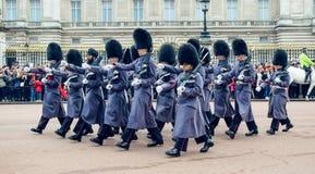 伦敦/英国- 02 07 2017年:英国皇家海军拿着步枪的卫兵游行前进在白金汉宫,当改变卫兵时 免版税库存照片