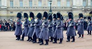 伦敦/英国- 02 07 2017年:英国皇家海军拿着步枪的卫兵游行前进在白金汉宫,当改变卫兵时 库存照片