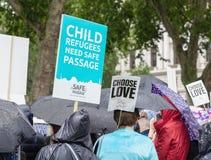 伦敦/英国- 2019年6月18日-有标志的示威者拜访议会的给安全段落难民孩子 库存图片