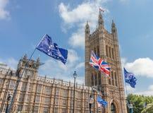 伦敦/英国- 2019年6月26日-欧盟和在英国议会之外被阻止的英国国旗旗子由亲欧盟反Brexit抗议者 图库摄影