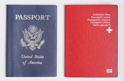伦敦/英国- 2019年6月21日-美国和瑞士护照在白色背景 库存图片