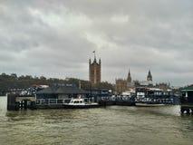 伦敦/英国- 2016年11月01日:在泰晤士河、威斯敏斯特宫和大本钟的全景 免版税库存图片
