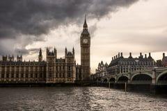 伦敦-议会、大本钟和威斯敏斯特桥梁议院在黑暗的云彩下 免版税库存图片