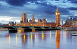 伦敦-议会,英国大笨钟和房子  免版税库存图片