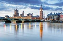 伦敦-议会,英国大笨钟和房子 库存图片