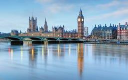 伦敦-议会,英国大笨钟和房子 库存照片