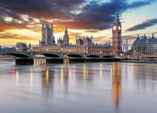 伦敦-议会,英国大笨钟和房子 免版税库存照片