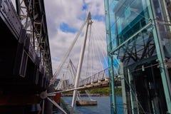伦敦滑铁卢桥梁在泰晤士河 免版税库存图片