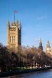 伦敦- DEC 9 :沿泰晤士河的看法Pa议院的  免版税库存照片