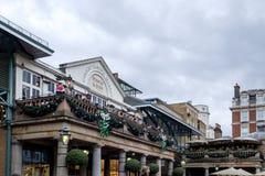 伦敦- DEC 20 :观看娱乐的人们在Covent Ga 库存图片
