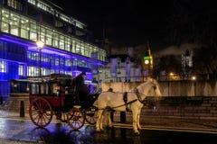 伦敦- DEC 20 :马和支架在大本钟附近在伦敦 免版税库存图片