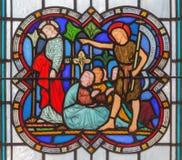 伦敦- ` ecce agnus dei `圣约翰对基督的浸礼会教友展示作为彩色玻璃的救世主在教会圣迈克尔Cornhill里 免版税库存照片