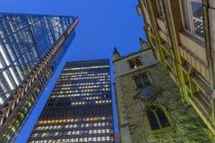 伦敦- Leadenhall大厦和Aviva教会黄昏的圣安德鲁Undershaft大厦和塔  库存照片
