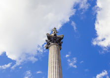 伦敦` s纳尔逊雕象在特拉法加广场在一个晴朗的夏日 库存图片