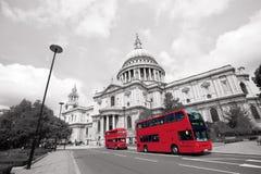 伦敦Routemaster公共汽车,圣保罗的大教堂 图库摄影