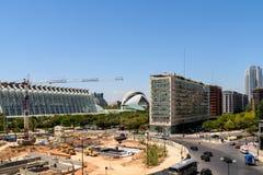 巴伦西亚与艺术和科学卡拉特拉瓦市的市大厦街市看法在视线内 免版税库存照片