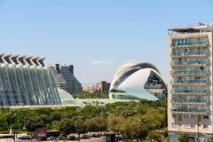 巴伦西亚与艺术和科学卡拉特拉瓦市的市大厦街市看法在视线内 库存照片