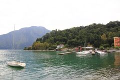 伦诺散步在科莫湖,在有市场的意大利 免版税库存图片
