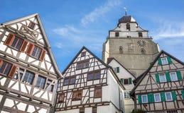 黑伦贝尔格-半木料半灰泥的房子和教会Stiftskirche 免版税库存照片