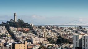 从伦巴第街道观看的旧金山地平线 库存照片