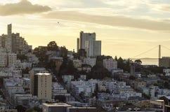 伦巴第街道&金门桥,旧金山 免版税库存图片