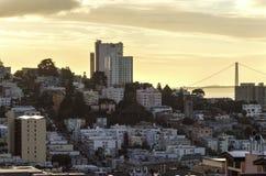 伦巴第街道&金门桥,旧金山 库存照片