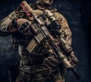 伪装一致的举行的HK 416步枪的特种部队战士 图库摄影