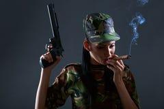 伪装制服的女兵有枪和雪茄的 免版税库存图片