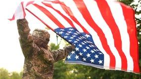 伪装和美国的旗子的人在公园 美国美国独立日庆祝7月4日 股票录像