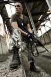 伪装气动力学枪的人 免版税库存照片
