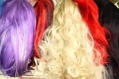 伪装狂欢节五颜六色的假发 免版税库存照片