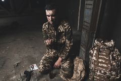 伪装的一个人遭受消沉在返回从战争以后 图库摄影