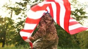 伪装的少年在以纪念美国美国独立日的庆祝的一顿野餐 孩子横跨草甸跑 影视素材