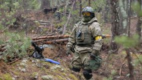 伪装的战士与作战武器做他们的方式森林外,打算夺取它,军事 股票录像