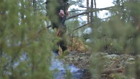 伪装的战士与作战武器做他们的方式森林外,打算夺取它,军事 股票视频