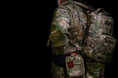 伪装的战士与枪 免版税库存图片