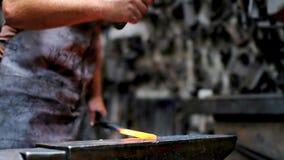 伪造与锤子的铁匠熔融金属 影视素材