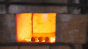 伪造加热的金属的火在伪造烤箱 免版税库存图片