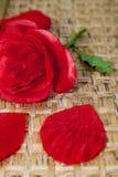 伪造品玫瑰真正的茎 免版税库存照片
