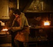 伪造在动力锤的铁匠熔融金属在铁匠铺 免版税库存照片
