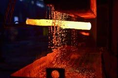 伪造在重的被铸造的金属制品的生产的金属的过程 库存图片