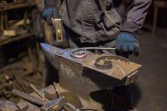 伪造熔融金属的铁匠 免版税库存图片