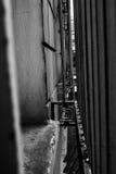 伪造的格子篱芭在城市 免版税库存图片